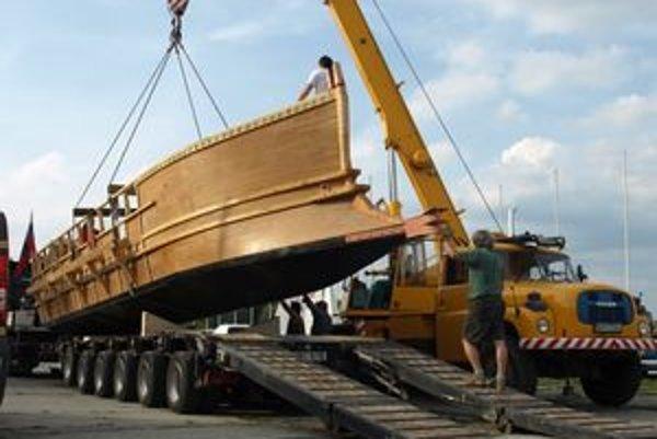 """Unikátnu repliku antickej lode priviezli do Námestova v piatok podvečer. Pomocou žeriavu ju zatiaľ umiestnili do suchého """"doku"""" v námestovskej lodenici. Už čoskoro sa však dostane tam, kam patrí: na vodu."""