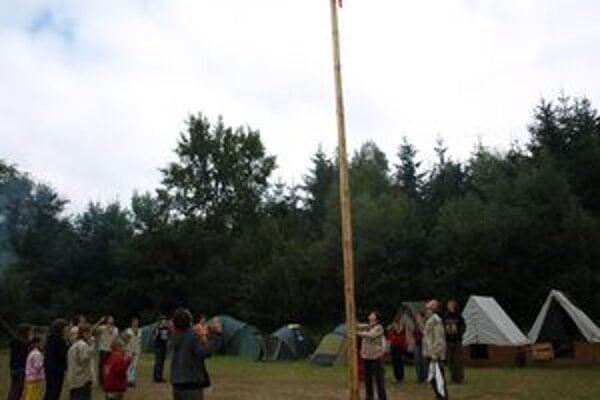 Každé ráno mal skautský oddiel nástup pri žrdi, na ktorej viala štátna vlajku.