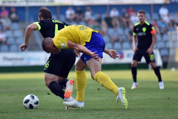 Na snímke vľavo futbalista MŠK Žilina Miroslav Káčer a vpravo hráč MFK Zemplín Michalovce Blažej Vaščák bojujú o loptu