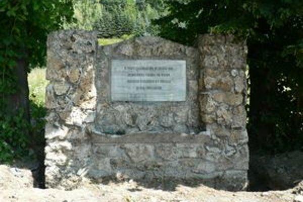 Zanedbaný pamätník zatiaľ leží za Tescom. Mesto ho plánuje vyviesť na výslnie koncom tohto mesiaca.