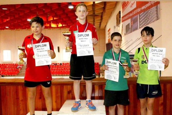 Samuel Kubjatko (vpravo) na stupňoch víťazov vkategórii mladších žiakov včeskom Hluku.