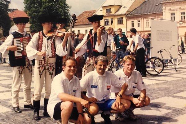 Branislav Orava, Mikuláš Dzurinda a Martin Urmanič počas mítingu v roku 1998 v Liptovskom Mikuláši.