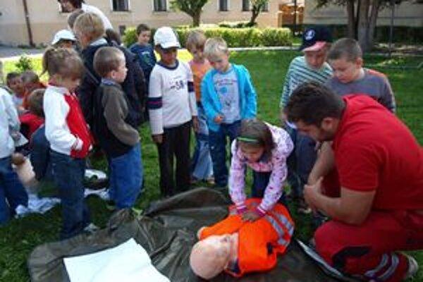 Deti si mohli vyskúšať, ako treba zranenému podať prvú pomoc formou masáže srdca.