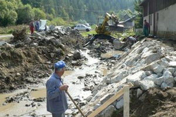 Na úprave brehov koryta pucovského potoka pracuje dodávateľská firma od ôsmeho septembra.
