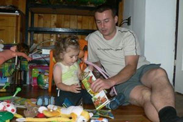 Otcom na plný úväzokRobo sa snaží dať dcérke Erike všetko, čo dieťa v jej veku potrebuje.