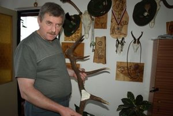 V súčasnosti pán Ján pracuje na výzdobe jedného z množstva parohov.