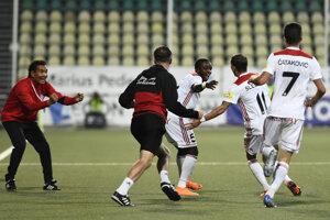 Futbalisti Trenčína sa radujú po góle na 1:0.