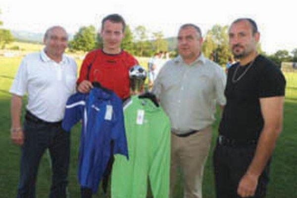 Víťaz okresu si prevzal okrem pohára aj sadu dresov od ObFZ Topoľčany.