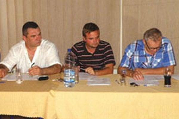 Zľava: člen Správnej rady Miroslav Detko, tajomník MFK Michal Caránek a člen Správnej rady Peter Žembera.