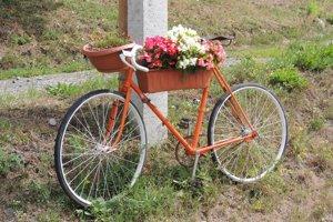 Staré bicykle očistili a natreli nanovo.