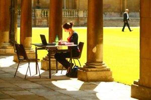 Silvia počas štúdia pri knižnici.