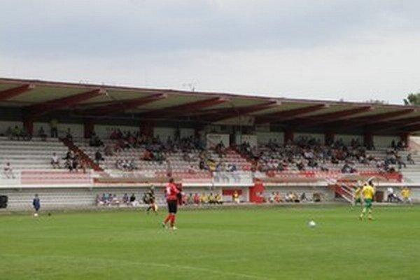Topoľčiansky štadión je v zlom stave, no podľa vedenia mesta nebol projekt tak výhodný, ako sa na prvý pohľad zdalo.