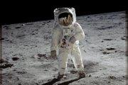 Americký astronaut Buzz Aldrin po pristátí na Mesiaci v roku 1969.
