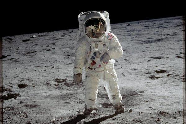 Ilustračná fotografia. Astronauti počas misií Apollo nechávali vrecia s výlučkami na Mesiaci. NASA teraz hľadá návrh na nový, lepší systém.