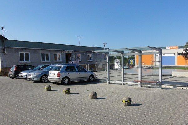 Autobusová zastávka vcentre obce.