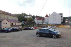 Miesto, kde na Dolnej vybudujú nové regulované parkovisko s kapacitou 90 parkovacích miest.