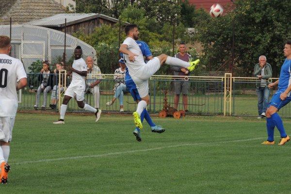 V zápase domáceho Kolárova (v modrom) sVydranmi padol iba jediný gól, dali ho hostia.