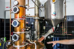 Trojstupňová kolóna. V nej sa trikrát destiluje budúca pálenka.