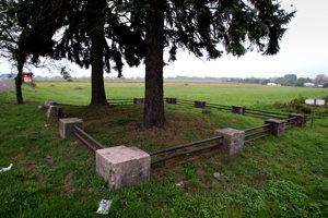 Po monumente zostala iba ohrada. Obec už rozbehla iniciatívu, aby pamätník opätovne postavili.