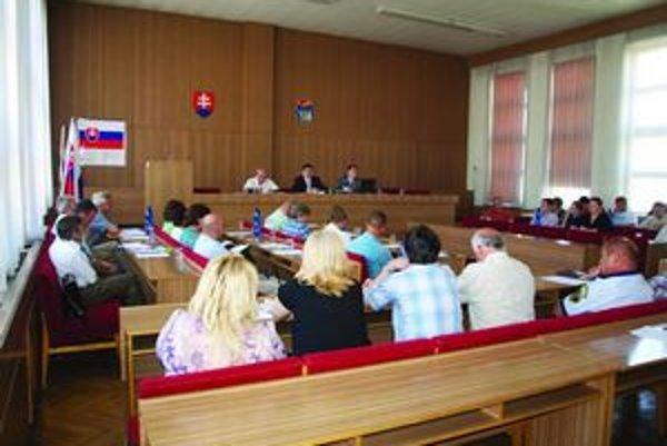 Poslanci sa museli stretnúť narýchlo, aby mal domov dôchodcov na výplaty.