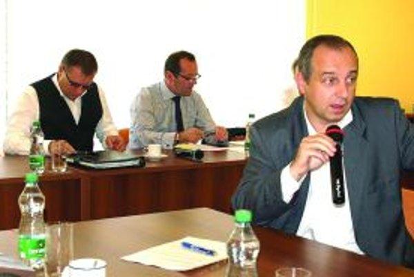 S mikrofónom K. Janas, zľava J. Kováčik a predseda ZsFZ L. Gádoši.