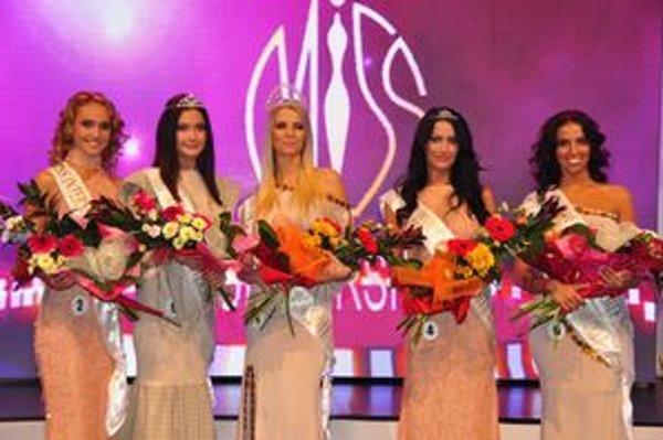 Víťazky súťaže: zľava  Jana Mrázová, Monika  Krajčovičová, Miriam Šindlerová, Barbara  Čerňanová, Simona Leskovská.
