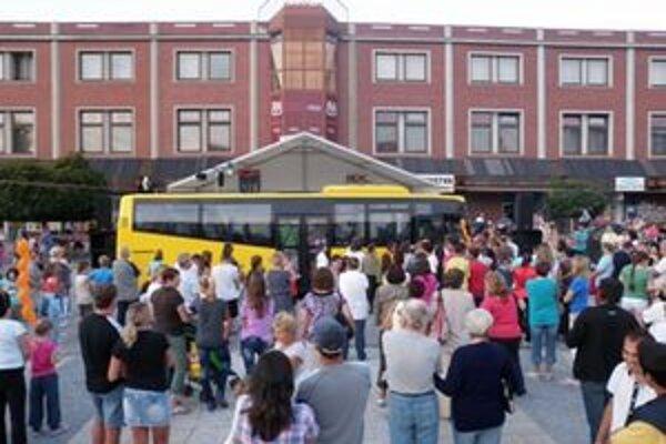 147 ľudí sa napratalo do autobusu v Partizánskom.