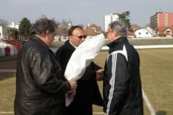 Gejza Golešényi (vpravo) oslávil šesťdesiatku. Dary mu odovzdáva primátor Peter Baláž (v strede) a Ľudovít Duša.