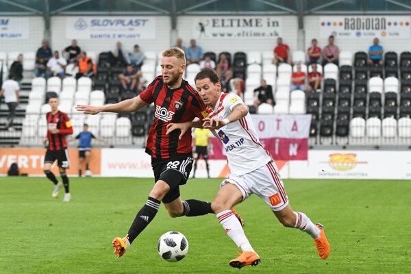 Joey Sleegers (vpravo) z AS Trenčín sa prediera cez Lukáša Luptáka.