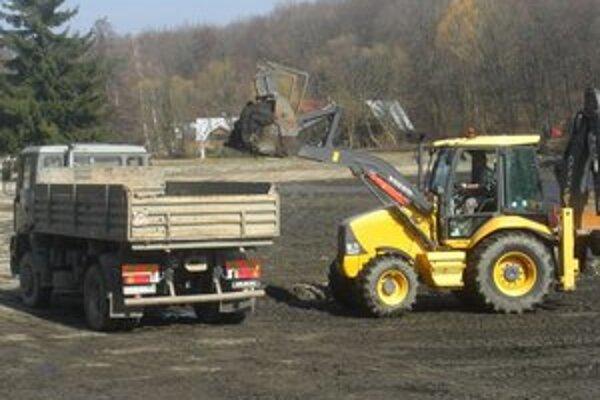 S odvozom bahna pomáhajú zapožičané stroje.