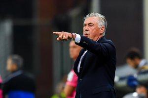 Tréner SSC Neapol Carlo Ancelotti rozdáva pokyny svojim zverencom.
