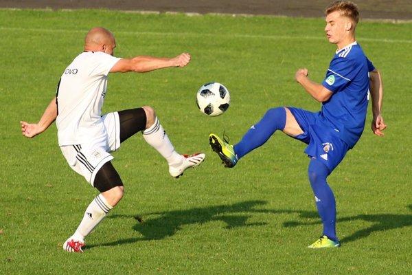 Námestovskí futbalisti (v bielom) nevyužili proti Čadci nespočetné množstvo šancí a tak sa museli uspokojiť s nečakanou remízou.