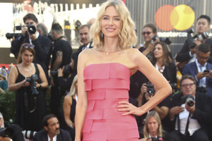 Členka poroty Naomi Wattsová pózuje počas príchodu na premiéru filmu First Man a na otvárací ceremoniál 75. ročníka Medzinárodného filmového festivalu v Benátkach 29. augusta 2018.