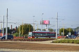Cez križovatku jazdia už aj trolejbusy.