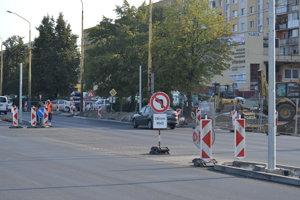 Niektoré obmedzenia pri výstavbe križovatky Arm. gen. Svobodu - Jurkovičová trvajú naďalej.