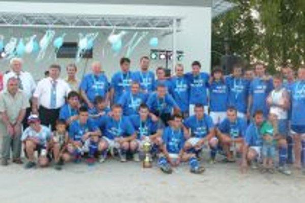 Víťazné mužstvo Solčian s hosťami.