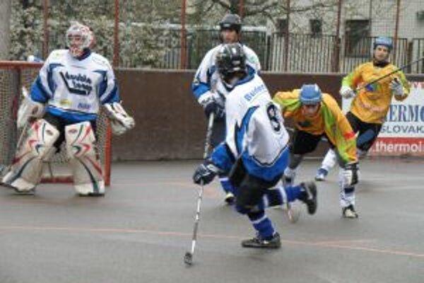 Double team (v modrom) po veľmi dobrom výkone vyhral nad Ružinovom štvrtý zápas.
