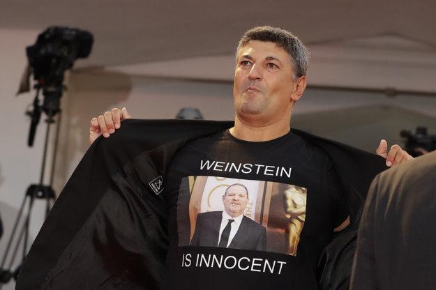 Fanúšik obraňujúci producenta Harveyho Weinsteina.
