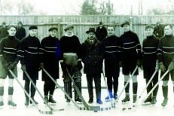 AC Juventus Topoľčany v roku 1933 (zľava): Činčura, Šmatlák, Peter, Strihavka, Čáp, Janeska, Lajoš Bartek, Roháček, Ladislav Bartek.