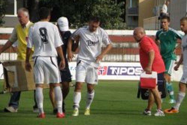 Už v 4. minúte musel byť Pavol Baláž ošetrený po nešetrnom zákroku. Nakoniec strelilvíťazný gól Topoľčian.