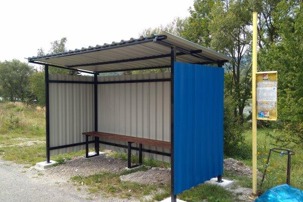Nový prístrešok pribudol aj na zastávke pri Handlovskom rybníku.