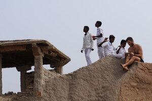 Indické kempovanie na kopčeku v Hampi.