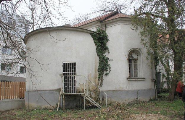 Pohľad na historický objekt z areálu levickej nemocnice.