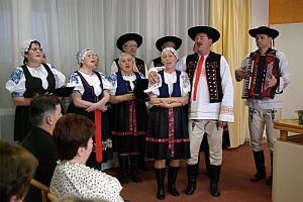 ZPOZ zo Streženíc vystúpil s folklórnou skupinou.