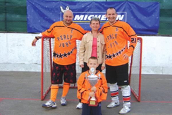 Rodina zosnulého Jozefa Benka - dolu vnuk Martin, hore sprava syn Martin, manželka Marta a spoluorganizátor turnaja Miroslav Smékal.