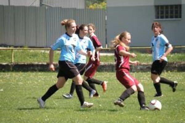 Orlovčanky (v modrom) nezlomil ani vyrovnávajúci gól a tešili sa z výhry nad Bánovcami.