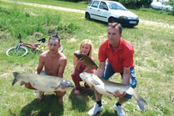 S úlovkami - vášnivý rybár Branislav Cigáň s priateľkou Vaneskou a otcom Ladislavom.