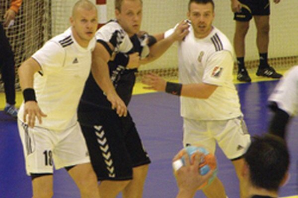 V obrane vľavo Pavol Polakovič a vpravo Boris Sivák.