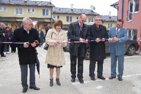 Na otvorenie prišli poslanci NR SR, zástupcovia ministerstva a stavebného úradu a starosta.