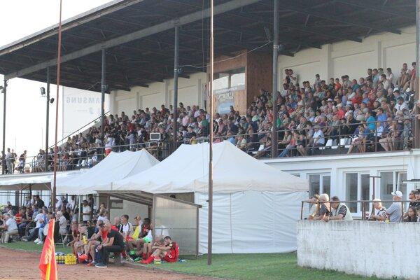 Pohárový zápas proti Serede pritiahol početnú návštevu. Bol to prvý duel na štadióne po ukončení rekonštrukcie.